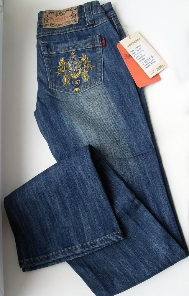 Джинсы с вышивкой на кармане 92