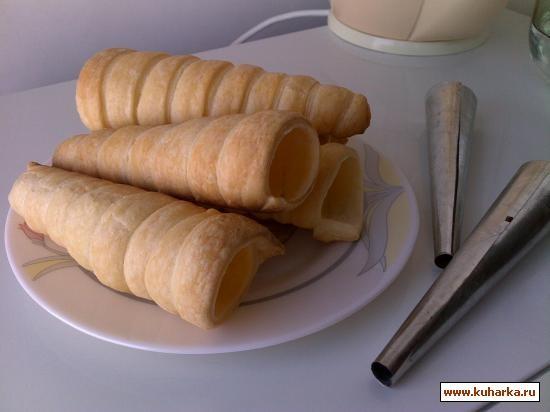 Трубочки из слоеного теста с заварным кремом