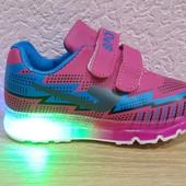 Детские качественные кроссовки с подсветкой.