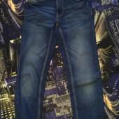 Джинсы р 128см, с принтом фирменные,натуральный стрейчевый джинс
