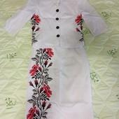 Шикарний костюм-вишиванка на тендітну пані