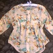 Персиковая блуза в цветочный принт.