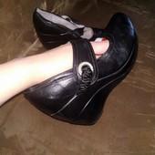 Кожаные туфли (кожа снаружи и внутри) на танкетке, 23 см стелька. Очень удобные.
