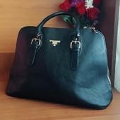 Оригинальная сумка известного бренда Prada.