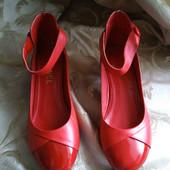 Женские удобные туфли на низком ходу Chanel, сделаны во Франции. Размер 37 - 23 см.