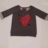 Стильный свитер с яркой раскраской.