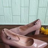 Туфлі-лодочки із лакованої еко-шкіри 37 рр і устілка 24 см з носиком.
