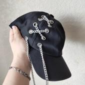Женская кепка с цепочками