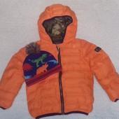 Теплая, моднявая куртка фирмы Next на 3-4 года. Шапочка с динозаврами фрмы TU. Состояние идеальное.