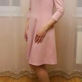 Красивое трикотажное платье с открытыми плечами и воланами, размер S