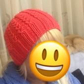 Женская шапочка ручной вязки.