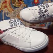 Белоснежные кроссовки в камнях сваровски-шнуровка +липучка.