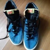 Оригінальні кросовки замшеві.