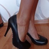 В идеале! Туфли полностью из натуральной коди, стелька 23,5-23,7 см!