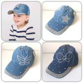 Джинсовая кепка для девочки .С рисунками из камней.Яркая,красивая.