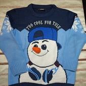 Шикарный новогодний свитер. На 5-6лет.