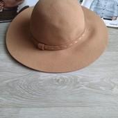Стильная бежевая шляпа
