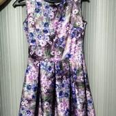 Красивое платье с принтом цветов