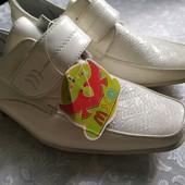Новые туфли для мальчика.