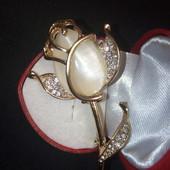 Шикарная брошь,, Роза'' с кошачьим глазом,бежевого цвета,украшена белыми цирконами