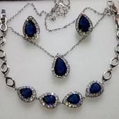 Изысканный набор с синими камнями-капельками.