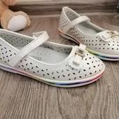 Перламутрові туфельки для дівчинки