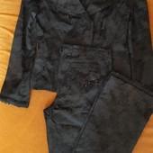 костюмный жакет из фактурной ткани в цветочек(брюки клёш(дарю),жакет приталеный с бахрамой