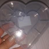 Пластиковый контейнер в форме сердца для рукоделия.
