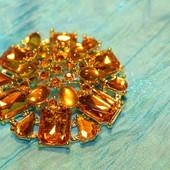 крупная брошь с камнями, цвет янтарь. очень круто смотрится вживую!