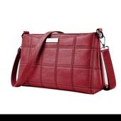 красивая красная сумочка клатч через плечо