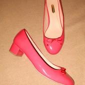 Яркие лакированные туфли на низком каблуке стелька 25 см