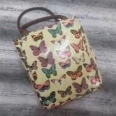 Яркая летняя сумочка в бабочках для девочки