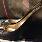 Супер классные туфли Guess 37(24) на танкетке