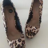 Яркие летние туфли с открытым носком на платформе ,анималистический принт New Look