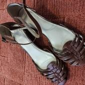 Кожаные сандалии на танкетке