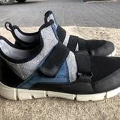 Фирменные кроссовки.кожа+текстиль.модная,красивая моделька.на ножку 23см