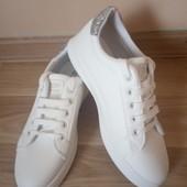 Дуже гарні білі кросівки , по стельці 24 см, 10% знижка на УП