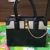 Вместительная стильная сумочка с цепочкой.Италия