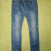 Модні джинси р.122-128 з прорізями на колінах. Джинсы