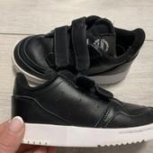 В отличном состоянии кроссовки Adidas оригинал 26 размер стелька 16,5 см ( на бирке 15,5 см)