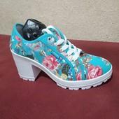 Женские кеды на каблуке с цветным принтом