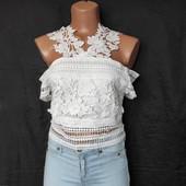 Фирменная блузочка с открытыми плечами,их плотного кружева.