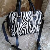 Женская сумка с длинным ремешком.