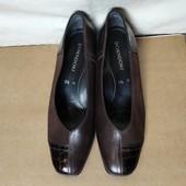 Качественные фирменные туфли актуального фасона на маленьком устойчивом каблучке. Кожа+замш.39/40