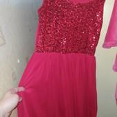 Красивое красное платье в идеальном состоянии