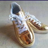 Крутые золотистые кроссовки, размер 31, стелька 20 см. Легкие и удобные.