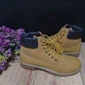 Ботинки із еко-нубуку,мають легке утеплення 40 рр і устілка 26,5 см.